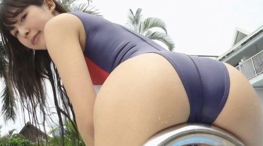 川崎あやが競泳水着でお尻を突き出す前屈ポーズ
