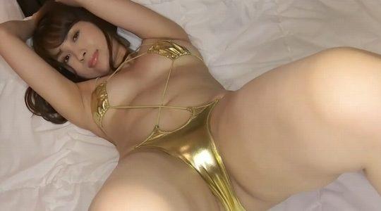 殿倉恵未がゴールドビキニでベッドの上から挑発