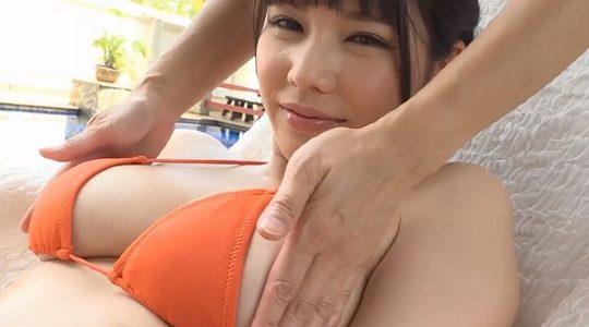 新垣優香が脚を開いて乳を揉まれています