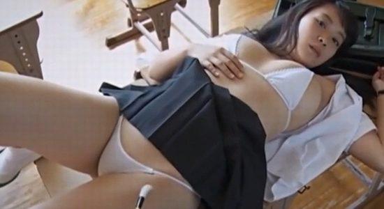 ゆうみが放課後の教室で制服半脱ぎ疑似セックス