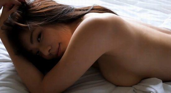 小瀬田麻由が白いベッドで全裸になって挑発ポーズ