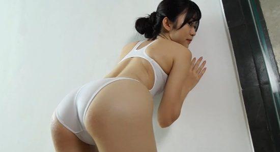 田中めいが白い競泳水着で見せる極上なヒップライン
