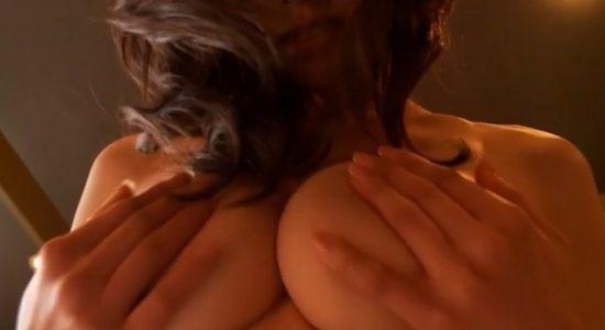 坂ノ上朝美がカメラにおっぱい押し付ける手ブラ乳揉み