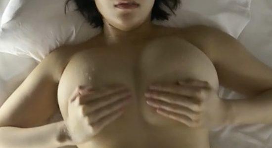 日比谷亜美が手ブラで激しく揺れる擬似セックス