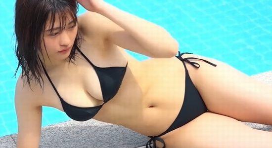 石田桃香の黒いビキニのグラビアメイキング動画