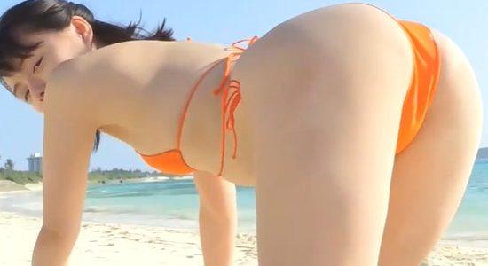 葉月つばさがオレンジビキニでお尻を突き出します