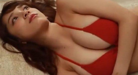 都丸紗也華が赤いビキニで見せるプルプルおっぱい