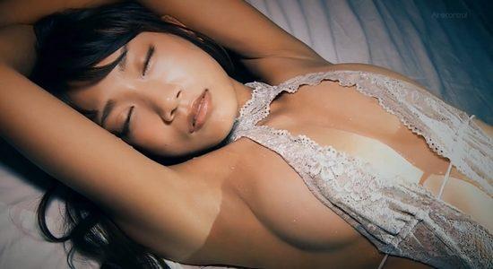石原由希がエッチな下着で汗ばんだ乳とお尻を見せます