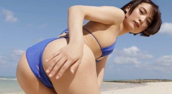 宇佐美彩乃が青いビキニでお尻をプルプル挑発ポーズ
