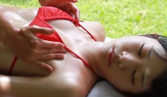 末永みゆが赤いビキニでお尻とお乳をエロマッサージ
