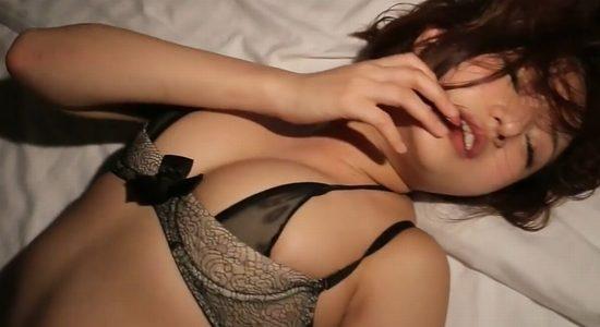 山中真由美がエッチな黒下着で妄想セックスしています