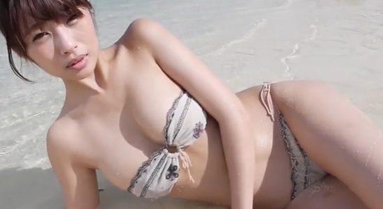 古川真奈美がチューブトップビキニで水遊びしてます