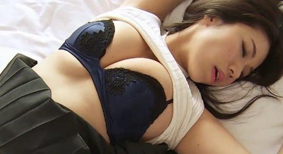 鈴木ふみ奈がムッチリ太ももとおっぱいでベッドに誘います