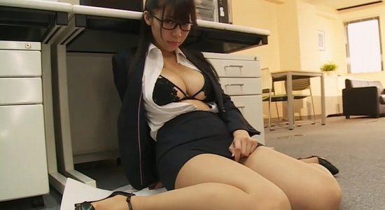 鈴木ふみ奈 二人きりのオフィスでエッチなこと始めます