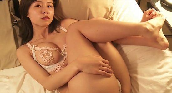 桜木美涼 エッチな白下着姿でまんぐり挿入待ちポーズ