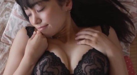 脊山麻理子 黒下着で魅せるオトナのフェロモンボディ