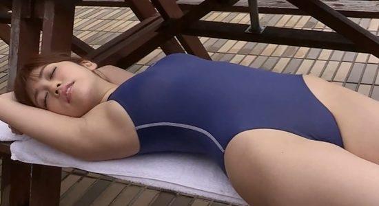 大澤玲美 競泳水着で腋の下と股間を見せる無防備状態