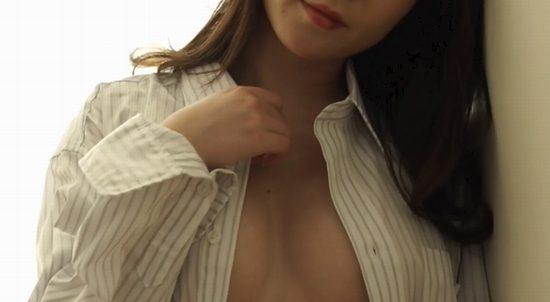 堀尾実咲 ノーブラワイシャツで誘惑するオトナのおっぱい