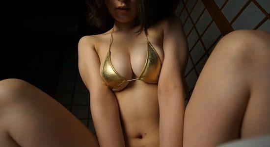 瑞本詩音 ゴールドビキニで下乳出しながら疑似セックス