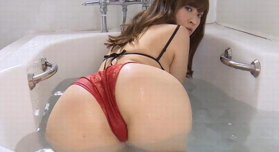 メイリ お風呂で下乳見せながらお尻を差し出します