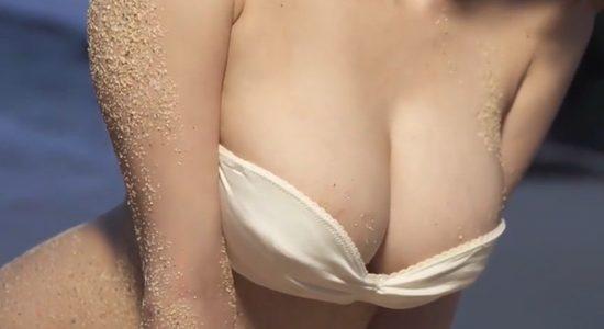 奈月セナ 白いビキニでカラダをくねらせセクシーポーズ