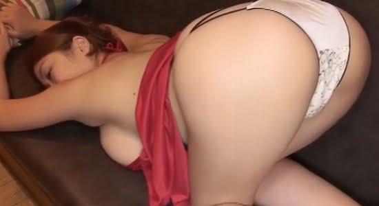 西田麻衣 ノーブラ横乳見せながらお尻を突き出します