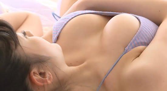 神谷えりな ベッドでゴロゴロしながらおっぱい谷間をチラリ