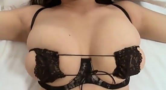 松村有花 エッチな黒ブラおっぱいを揺らす疑似セックス
