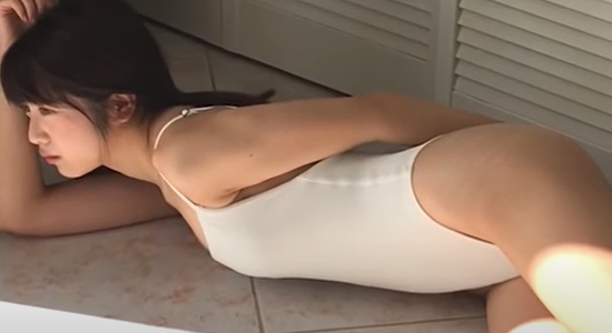 吉田莉桜 制服や白いレオタードでセクシーポーズ