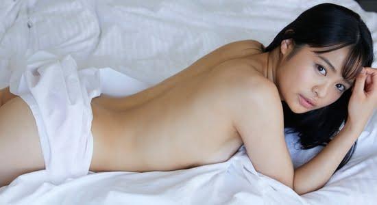 西本ヒカル ほぼ全裸で白いシーツにくるまったりします