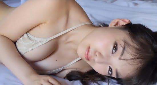 安藤遥 ベッドでゴロゴロしながら見せる魅惑の谷間