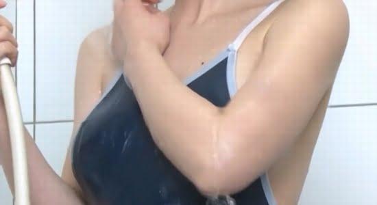 安藤遥 濡れたスク水風ワンピース水着のエッチなボディ