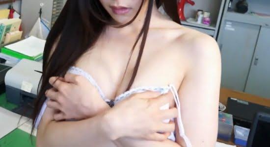 逢坂愛 職員室で先生におっぱい触られて脱がされます