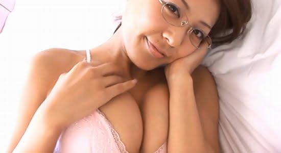 森はるか 銀縁眼鏡とピンクの下着でベッドに誘ってきます
