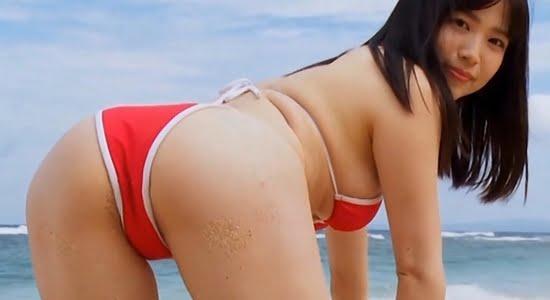 鈴原りこ 真っ赤なビキニでプリプリなお尻を差し出します