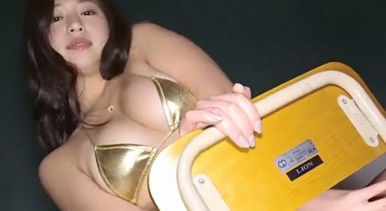 佐山彩香 エッチ女教師がゴールドビキニで課外授業