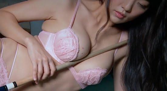 平塚奈菜 ピンクの下着でキュースティックを擬似パイズリ