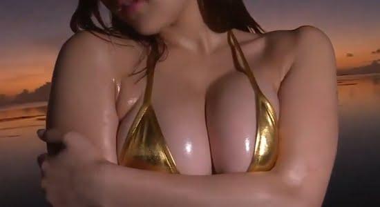 石原佑里子 ゴールドビキニに包まれたエロムチボディ