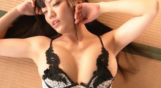 平塚奈菜 汗ばんだおっぱいをプルプル揺らす疑似セックス