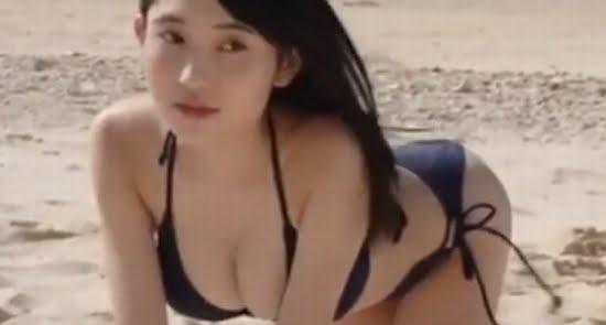 梁川奈々美 ビキニで魅せるスレンダー爆乳な色白ボディ