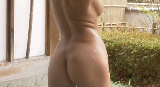 麻倉まりな 湯けむりの中で見せる全裸の横乳とお尻
