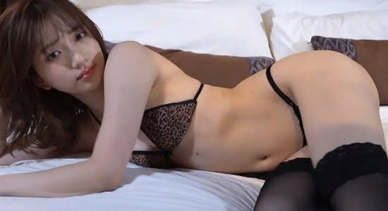 南りほ ヒョウ柄下着でベッドに誘うセクシーポーズ