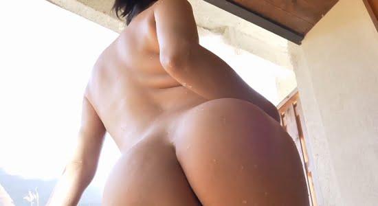 小泉かな 全裸で魅せる大きな桃尻のバックショット