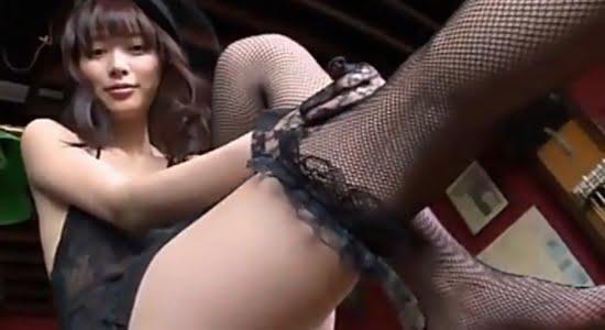 内田理央 黒下着と網タイツで魅せるスレンダー美脚