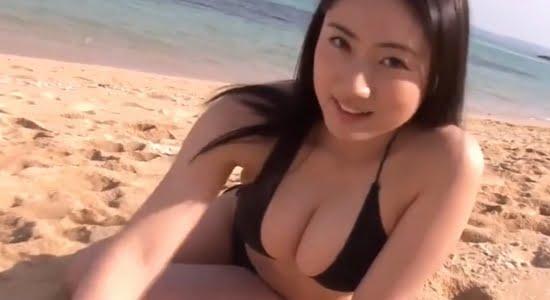 紗綾 黒いビキニでプルプル揺れる色白ムチムチボディ