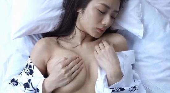 片山萌美 浴衣姿で汗ばんだおっぱいを手ブラ乳揉み