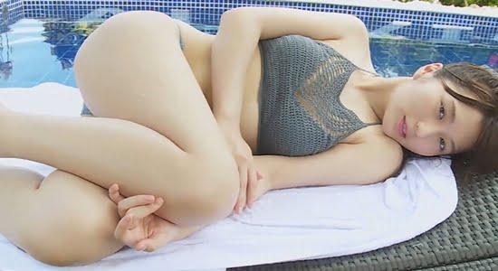 大島涼花 プールサイドで見せる色白スレンダー巨乳の健康美