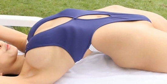 日向葵衣 ハイレグ水着で露出する横乳とキワドイ股間